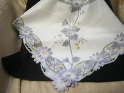 Áttört mintás selymes szép virág mintás  82 X 82 cm  terítő