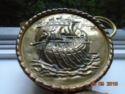 Viking dombor vitorlás hajóval mindkét oldalán,érdekes, lapos,kalapált réz kiöntő-18 cm