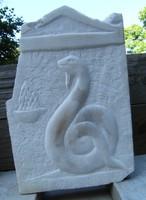 Kőfaragvány dombormű görög Kígyó démon carrarai márványból