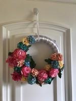 Virágos ajtódísz gyönyörű pompás színekkel 30cm virágokkal