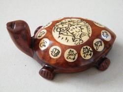 Fából készült teknősbéka iránytű