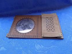 Retro bőr keretű fali tükör fésű tartóval 18*30 cm (j-3)