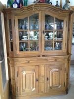 Tölgyfafrontos rusztikus stílusú vitrines tálaló