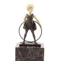 Kislány hullahopp karikával -bronzszobor