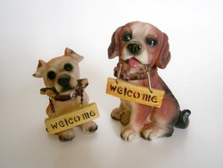 2 db tündéri kutya Welcome táblával a szájukban
