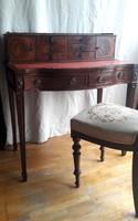 Klasszicista stílusban készült  felépítményes női íróasztal
