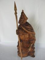 Faragott fa harcos figura dárdával és fejszével
