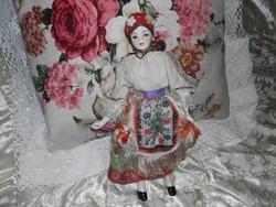 Porcelánbaba népviseleti ruhában.  30cm.