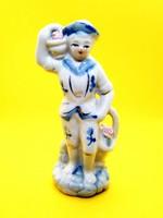 Fehér porcelán fiú virágkosárral kék-arany festéssel 13 cm magas