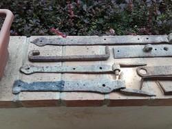 Antik kovácsolt vas kapu pántok és különböző elemek ( 4 kg )