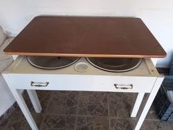 Nagyon jó állapotban megmaradt kihuzható mosdó asztal