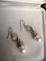 Gyönyörű ezüst fülbevaló gyönggyel és cirkonnal