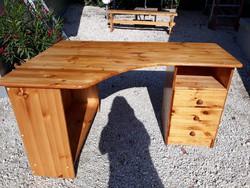 Eladó egy nagy méretű fenyő íróasztal.  Bútor szép , újszerű állapotú , erős és stabil.  Méretei:140