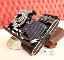 Antik Harmonika Fényképezőgép bőr tartójában papírokkal