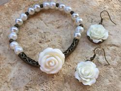 Ekrü tekla gyöngy karkötő és fülbevaló rózsa díszekkel