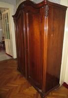 Antik szekrény faberakásokkal díszítve