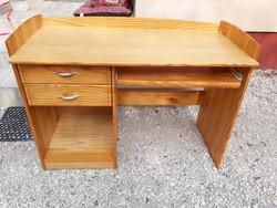 Eladó egy szép  fenyő íróasztal kihúzható klaviatúra tartóval.  Bútor jó állapotú .
