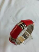 Karperec, vörös színű műanyag, aranyozott fémrésszel