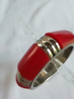 Karperec, vörös színű műanyag, ezüstözött fémrésszel
