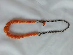 Régi narancssárga műanyag gyöngyök  fémláncon