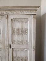 Faragott, felújított, festett ruhásszekrény