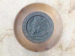 Nehéz fém faliplakett fa keretben, tömör bronz/réz vagy öntöttvas falikép szarvas az erdőben, vadás
