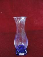 Kék talpú üveg váza, 17,5 cm magas.
