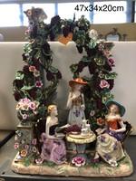 Szőlőkertben galambbal teázó úrhölgyek -porcelán figurális szobor -életkép