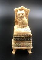 Antik marhacsont japán netsuke macska ül a széken
