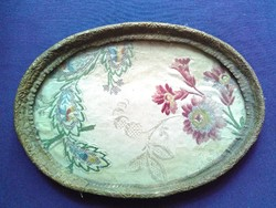 Antik, selyemmel és ezüsttel hímzett, fémszálas bordűrrel szegélyezett, üveg borítású piperetálca