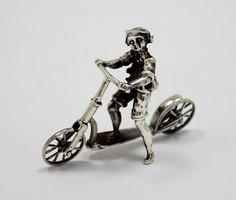 Ezüst rollerező fiú miniatűr (ZAL-BI37488)