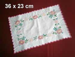 Nagyon régi kézzel hímzett virág mintás vászon terítő 36 x 23 cm