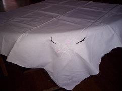 80x80 cm  hímzett elegánsan egyszerű asztalközép.....  V