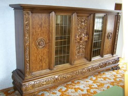 Neoreneszánsz stílusú oroszlánlábas szekrény