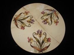 Szép fajansz lap , szép virágokkal  , átm .20 cm   jelzett  , restaurálni  kell ...