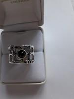 Izraeli ezüst gyűrű, hálós sínnel, gránát kővel