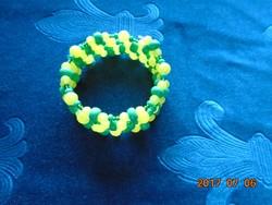 5 soros zöld és sárga, sok,különböző méretű gyöngyből fűzött karkötő