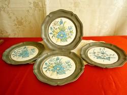 4 db ón tányér, fali tál virágos porcelán (?) betétekkel