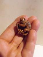 Miniatűr faragvány gyümölcs magból
