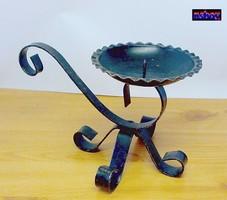 Hordozható pincegyertyatartó vasból, kovácsolt, hajtott kézműves munka.