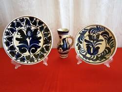 3 db régi kék festésű Korondi kerámia: 2 fali tál és egy bokály