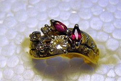 14 Kt Sárga Arany 0.30 Kt Gyémánt és Gránát alaszkai 22 Kt arany rögökkel díszített gyűrű