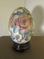 Nagyméretű porcelán tojás talapzaton