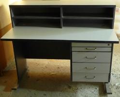 Iróasztal felépítménnyel 4 fiókkal