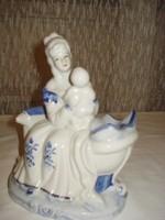 Nagyon szép porcelán figura, szobor gyermékét karjában fogó anya