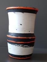 Gorka Lívia: Fehér - piros - fekete váza