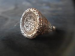 Jelzett, áttört mintás ezüst gyűrű. Igazán különleges, 925-ös tisztaságú, kifinomult ékszer.