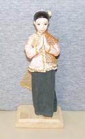 Népviseletes porcelánbaba