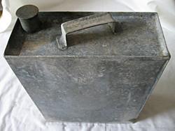 Antik petróleumos bádog kanna
