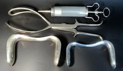 Régi orvosi eszközök nagy fecskendővel,babafogóval